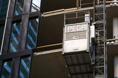 从Pega卷扬机的推力在摩天大楼建造场所 库存图片