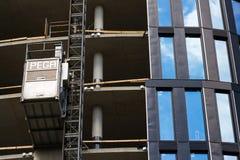 从Pega卷扬机的推力在摩天大楼建造场所 免版税图库摄影