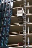 从Pega卷扬机的推力在摩天大楼建造场所 库存照片