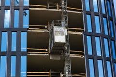 从Pega卷扬机的推力在摩天大楼建造场所 免版税库存图片