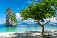 从Poda海岛一个美丽的岩石的和树的看法在晴朗的da 免版税库存照片