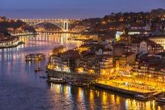 从ponte Dom Luiz桥梁的波尔图老市地平线在晚上 免版税库存图片