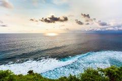 从Pura Uluwatu峭壁,巴厘岛的意想不到的风景风景日落, 免版税库存照片