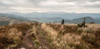 从Rozsypaniec小山的看法在秋天Bieszczady山在波兰 库存照片