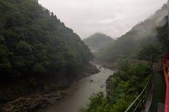 从Sagano盘旋火车的红色无盖货车看见的Katsura河的美好的风景 免版税库存图片