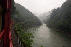 从Sagano盘旋火车的红色无盖货车看见的Katsura河的美好的风景 免版税图库摄影