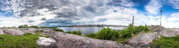 从Skinnarviksberget岩石的全景斯德哥尔摩地平线视图 免版税库存照片