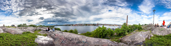 从Skinnarviksberget岩石的全景斯德哥尔摩地平线视图 免版税库存图片