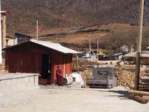 从Songzanlin喇嘛西藏寺庙的山景城在Zhongdian 免版税库存照片