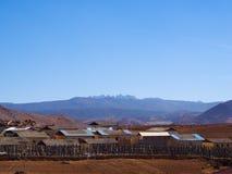 从Songzanlin喇嘛西藏寺庙的山景城在Zhongdian 库存照片