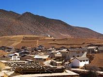 从Songzanlin喇嘛西藏寺庙的山景城在Zhongdian 库存图片