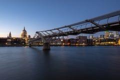 从southbank的日落在有圣Pauls大教堂和千年桥梁的伦敦 免版税库存照片