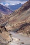 从Srinigar的Zanskar河到Leh高速公路,北部印度 库存图片