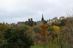 从Street Garden王子的老镇爱丁堡地平线在秋天 免版税库存照片