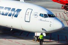 从Tarom的飞机站立在机场汉堡的近的门 库存照片