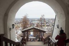 从Tobolsk克里姆林宫的墙壁的一个看法 库存图片