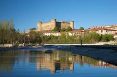 从Tormes河的Barco城堡 免版税库存图片
