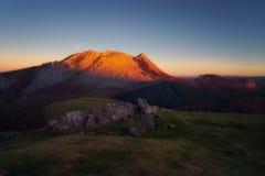 从Urkiolamendi山的Anboto在日落的Urkiola 免版税库存照片
