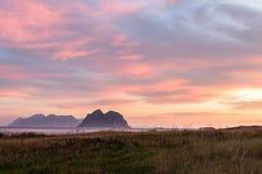 从Vaeroy海岛, Lofoten,挪威的日出视图 库存照片