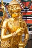 从Wat Phra Kaeo,鲜绿色菩萨的寺庙的金黄角度和 免版税库存照片