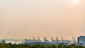 仓库在新加坡晚上时间的口岸背景看法与移动的云彩 影视素材