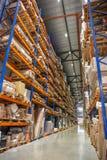 仓库或飞机棚存贮机架或架子与箱子和物品 工业后勤交付和发行 免版税库存照片