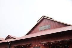 仓库背景红色墙壁和屋顶  免版税库存图片