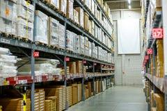 仓库,贮藏室在一家大商店 计划了在架子上的物品 免版税库存照片