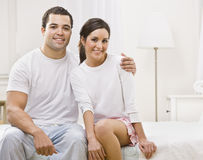 他们卧室夫妇逗人喜爱的开会一起 免版税库存图片
