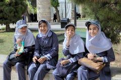 他们在伊斯兰教的学校unifor穿戴的女小学生在庭院里休息 库存照片