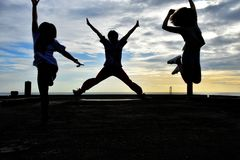 他们在平衡太阳集合的桥梁姿态跳跃三和四 图库摄影