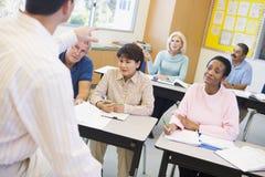 他们教室成熟的实习教师 免版税库存图片
