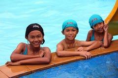 他们是享用和愉快的在游泳池 库存照片