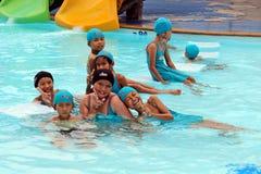 他们是享用和愉快的在游泳池 库存图片