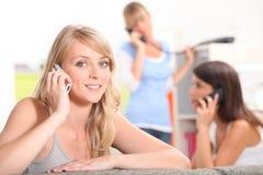 他们的公寓的三个女朋友 免版税库存照片