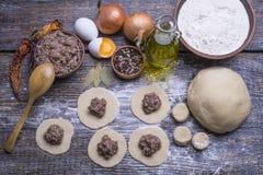 他们的面团和肉末,一套自创饺子烹调的产品:面粉,面团,肉末,鸡蛋,橄榄 免版税库存照片