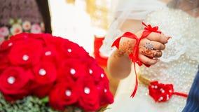 他们puted他们的新娘的手无刺指甲花 在婚礼无刺指甲花党的图画无刺指甲花 纹身花刺 丝带被关闭了给新娘 免版税库存图片