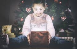 他出席在圣诞树下的小女孩开头 库存图片