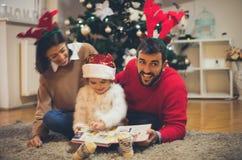 他喜欢读与他的家庭的童话当中 库存照片