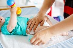 他新出生的小女儿父亲改变的尿布特写镜头  免版税库存图片