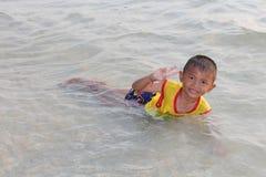 他是享用和愉快的在海滩 图库摄影