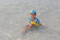 他是享用和愉快的在海滩 免版税库存照片