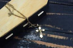 他棺材,严重和金黄基督徒十字架 库存照片