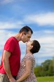 他的丈夫亲吻怀孕的妻子 库存照片