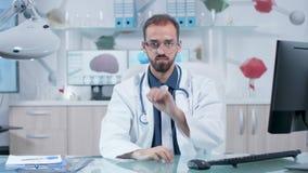 他的佩带AR风镜和learing在真正空间的书桌的外科医生 股票录像