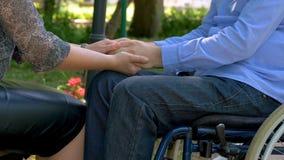 他的妻子鼓励的残疾年轻人户外 股票录像