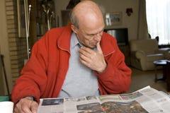 他的家庭男性报纸读取前辈 库存图片