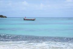 他的小船的地方渔夫在离岸Winifred海滩锡安小山的附近,波特兰,牙买加, 2017年11月22日 库存图片