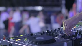 他的控制在夜总会表现的甲板的DJ音量 股票录像