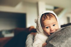 他的母亲` s胸口的逗人喜爱的矮小的婴孩 免版税库存照片